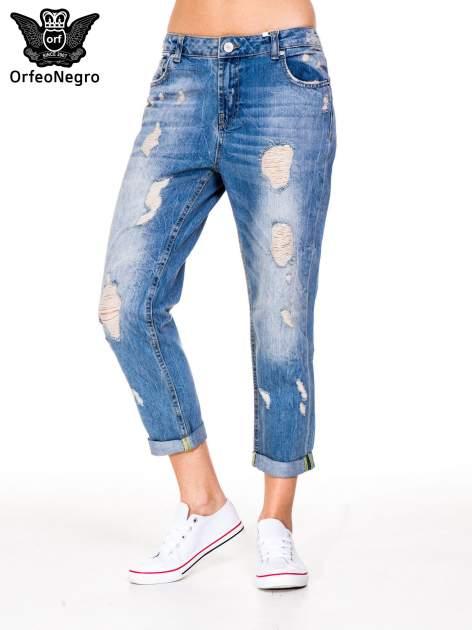 Niebieskie spodnie boyfriend jeans z przetarciami i podwijaną nogawką                                  zdj.                                  1