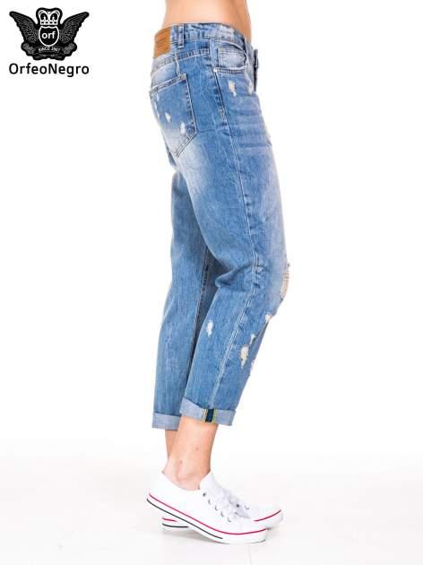 Niebieskie spodnie boyfriend jeans z przetarciami i podwijaną nogawką                                  zdj.                                  3