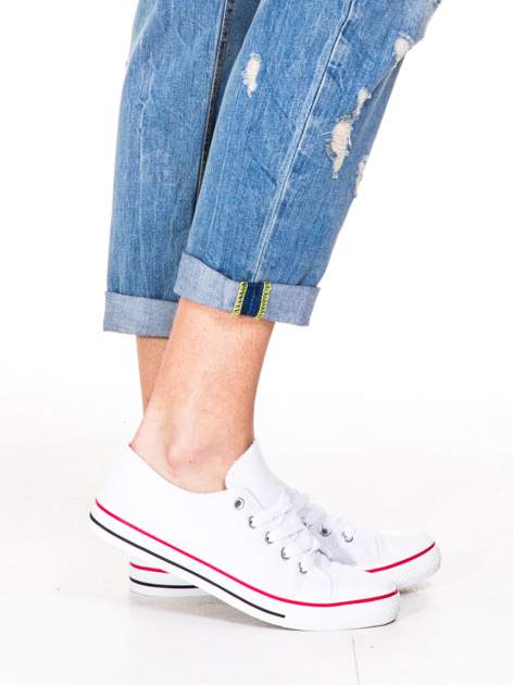 Niebieskie spodnie boyfriend jeans z przetarciami i podwijaną nogawką                                  zdj.                                  6