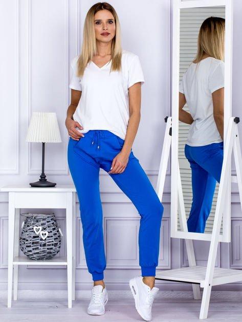 Niebieskie spodnie dresowe z kieszonką z przodu                              zdj.                              4