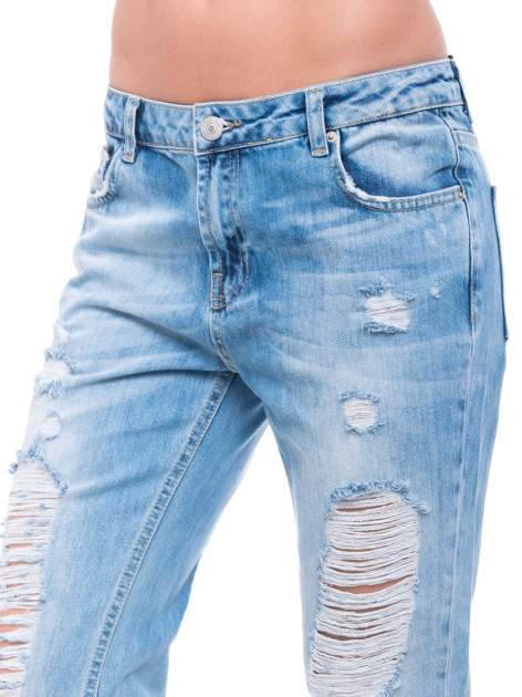 Niebieskie spodnie girlfriend jeans 7/8 z przetarciami                                  zdj.                                  5