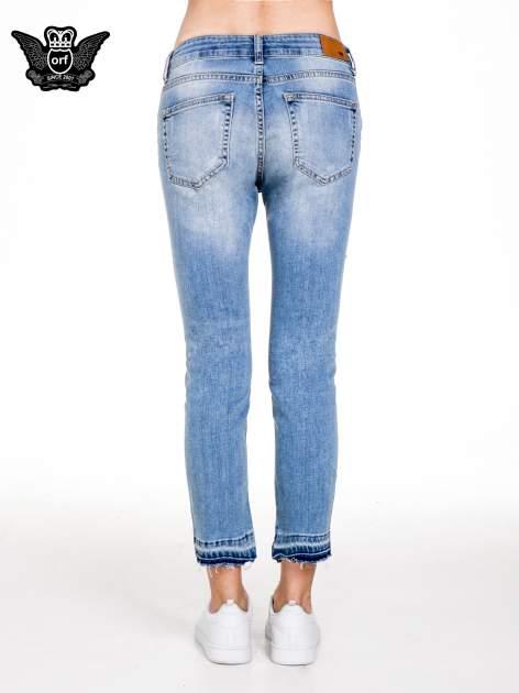 Niebieskie spodnie girlfriend jeans typu cut out                                  zdj.                                  5