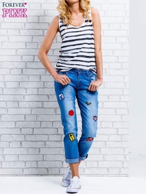 Niebieskie spodnie girlfriend jeans z naszywkami                                  zdj.                                  7