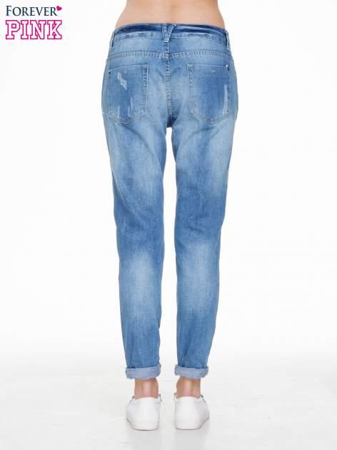 Niebieskie spodnie jeansowe boyfriendy z przetarciami                                  zdj.                                  4