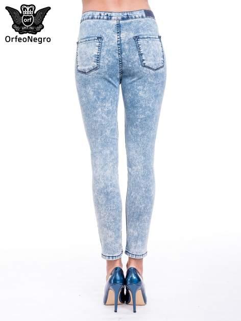 Niebieskie spodnie jeansowe marmurki z wysokim stanem                                  zdj.                                  5