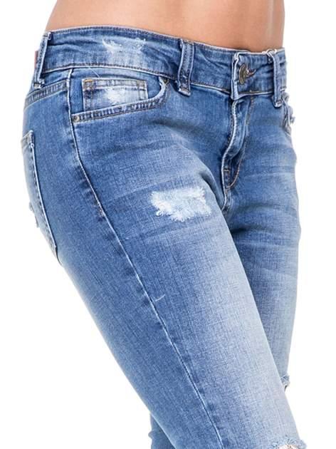 Niebieskie spodnie jeansowe rurki z dziurami i przetarciami                                  zdj.                                  6