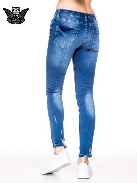 Niebieskie spodnie jeansowe rurki z dziurami i wytarciami                                  zdj.                                  4
