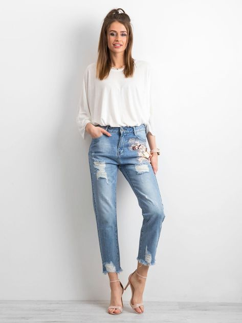 Niebieskie spodnie mom jeans z kwiatową aplikacją                              zdj.                              4
