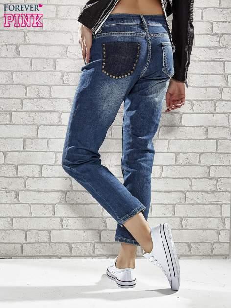 Niebieskie spodnie regular jeans z ćwiekami przy kieszeniach                                  zdj.                                  2