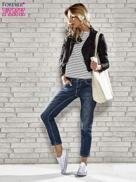 Niebieskie spodnie regular jeans z ćwiekami przy kieszeniach                                  zdj.                                  4