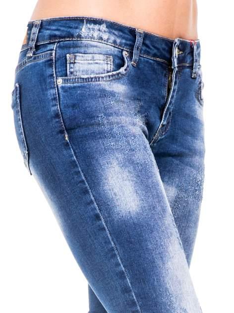 Niebieskie spodnie skinny jeans z cieniowaniem i przetarciami z przodu                                  zdj.                                  6