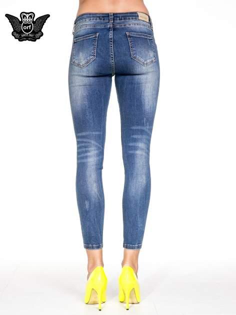 Niebieskie spodnie skinny jeans z dziurami z przodu                                  zdj.                                  4