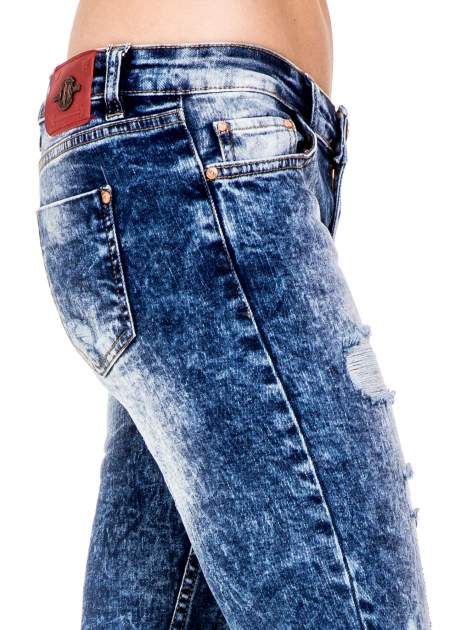 Niebieskie spodnie skinny jeans z rozdarciami i modelującym rozjaśnieniem                                  zdj.                                  6