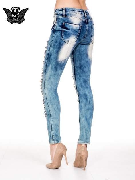 Niebieskie spodnie skinny jeansy z rozdarciami typu cut out                                  zdj.                                  2