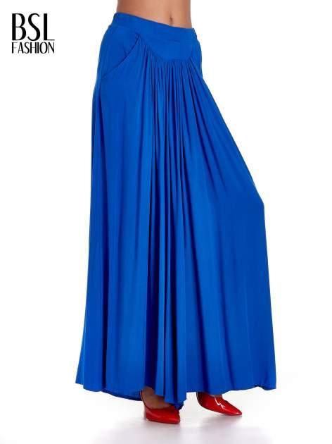 Niebieskie zwiewne spodnie typu culottes