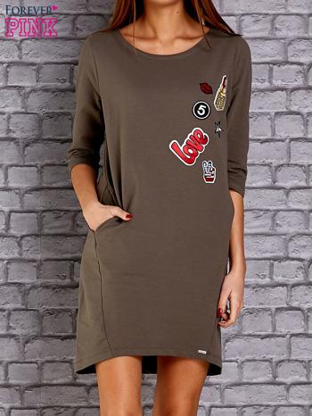 Oliwkowa sukienka z naszywkami                                  zdj.                                  1