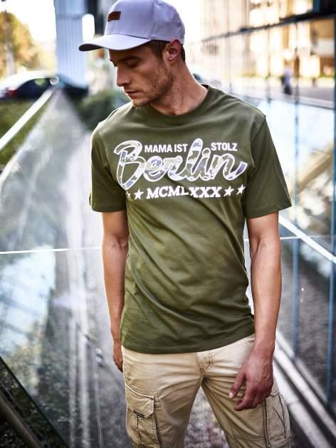 Oliwkowy t-shirt męski z nadrukiem moro                                  zdj.                                  10