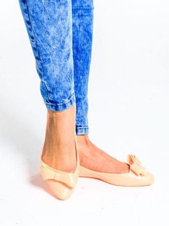 Pastelowopomarańczowe baleriny gumowe z kokardą