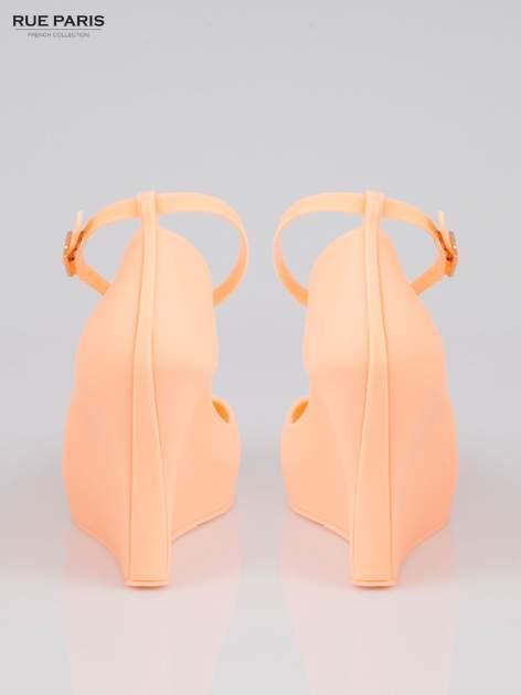 Pastelowopomarańczowe gumowe koturny zapinane wokół kostki                                  zdj.                                  3