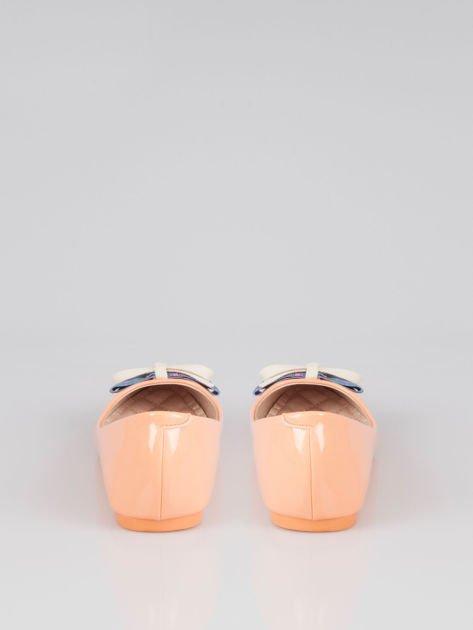 Pastelowopomarańczowe lakierowane baleriny Juicy z kokardką z denimu                                  zdj.                                  3