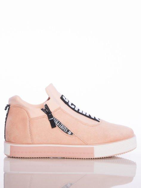Pasteloworóżowe buty sportowe Rue Paris na podwyższonej podeszwie z elastyczną cholewką i napisami                                  zdj.                                  1