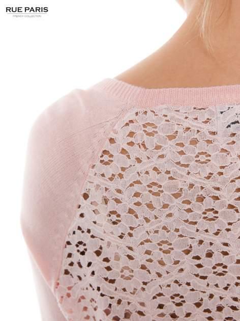 Pasteloworóżowy sweter z długim rękawem wykończonym koronkowym mankietem                                  zdj.                                  5