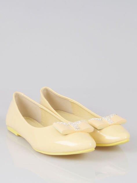 Pastelowożółte lakierowane baleriny Gem z błyszczącą kokardą                                  zdj.                                  2