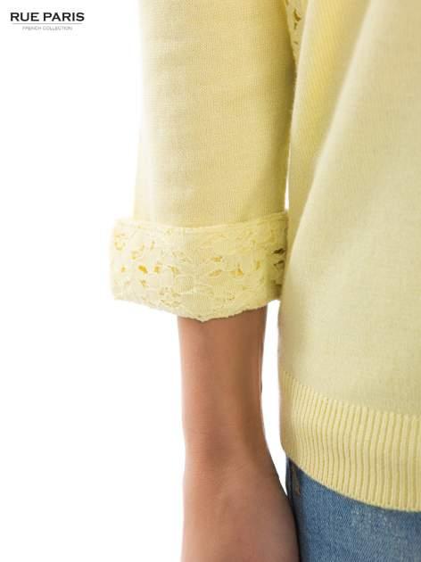 Pastelowożółty sweter z długim rękawem wykończonym koronkowym mankietem                                  zdj.                                  5
