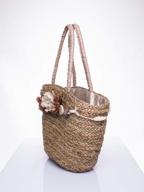 Pleciony koszyk plażowy z brązowymi ozdobnymi kwiatami                                  zdj.                                  3