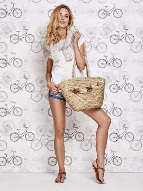 Pleciony koszyk plażowy z brązowymi ozdobnymi kwiatami                                  zdj.                                  7