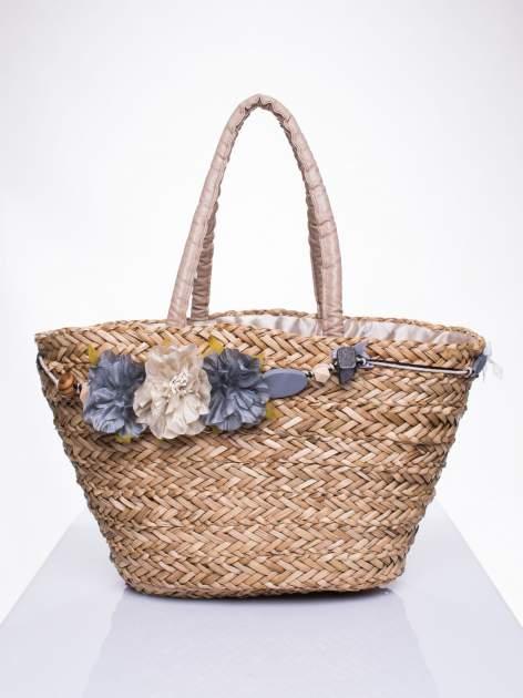 Pleciony koszyk plażowy z niebieskimi ozdobnymi kwiatami                                  zdj.                                  2