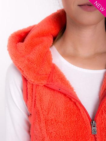 Pomarańczowa kamizelka z kapturem z uszkami i pomponami                                  zdj.                                  6