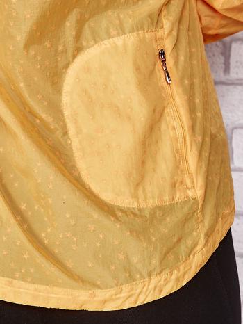 Pomarańczowa kurtka wiatrówka w drobne gwiazdki                                  zdj.                                  10
