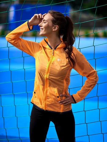 Pomarańczowa kurtka wiatrówka z czarnym wykończeniem                                  zdj.                                  1