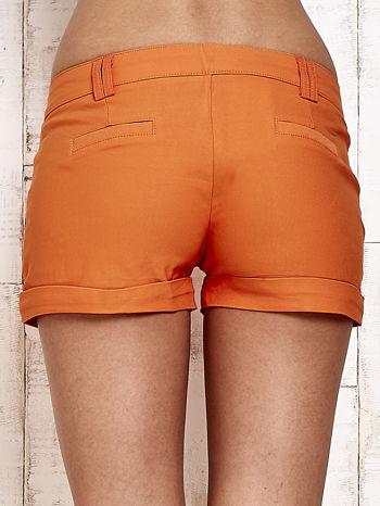Pomarańczowe materiałowe szorty z podwijaną nogawką                                  zdj.                                  2