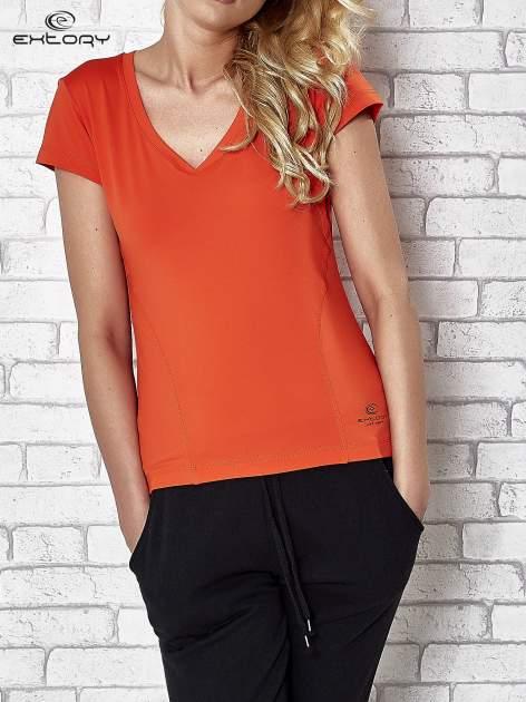 Pomarańczowy t-shirt sportowy termoaktywny z dekoltem V