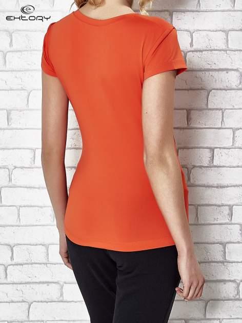 Pomarańczowy t-shirt sportowy termoaktywny z dekoltem V                                  zdj.                                  2