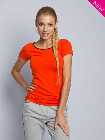 Pomarańczowy t-shirt z czarną lamówką przy dekolcie                                  zdj.                                  1