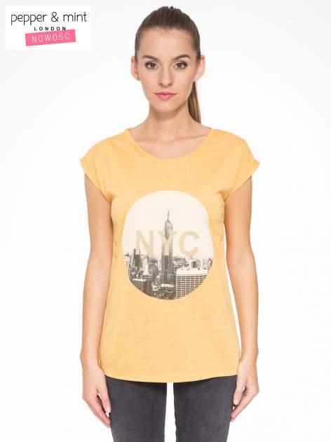 Pomarańczowy t-shirt z nadrukiem NYC zdobiony dżetami                                  zdj.                                  1