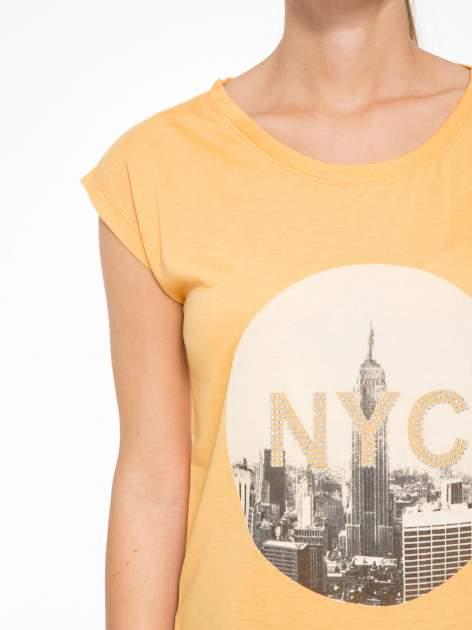 Pomarańczowy t-shirt z nadrukiem NYC zdobiony dżetami                                  zdj.                                  6