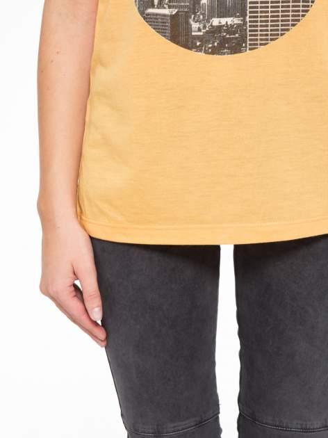 Pomarańczowy t-shirt z nadrukiem NYC zdobiony dżetami                                  zdj.                                  7