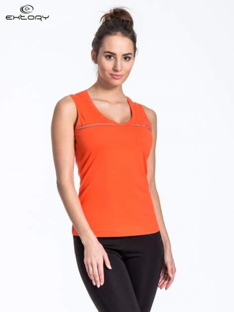 Pomarańczowy t-shirt z poziomym nadrukiem na dekolcie                                  zdj.                                  1