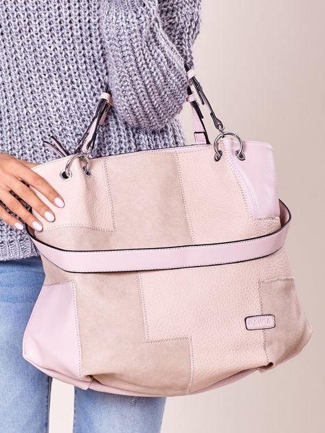 Pudroworóżowa torba shopper z geometrycznymi modułami                              zdj.                              2