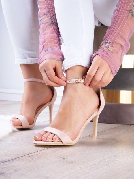 Pudroworóżowe sandały z eco zamszu ze złotą sprzączką                              zdj.                              1