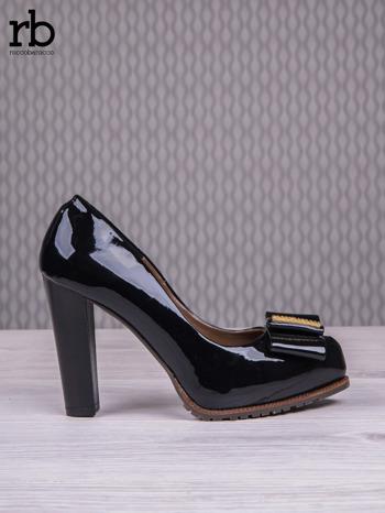 ROCCOBAROCCO Czarne lakierowane pantofle faux leather na słupku z kokardką