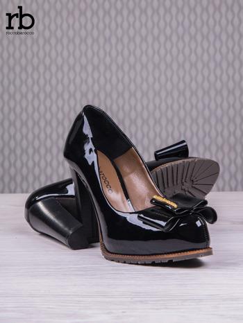 ROCCOBAROCCO Czarne lakierowane pantofle faux leather na słupku z kokardką                                  zdj.                                  4