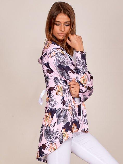 Różowa bluza w kwiaty z dłuższym tyłem i kapturem                              zdj.                              3