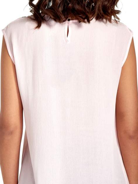Różowa bluzka koszulowa z ozdobnym dekoltem z wycięciami                                  zdj.                                  6