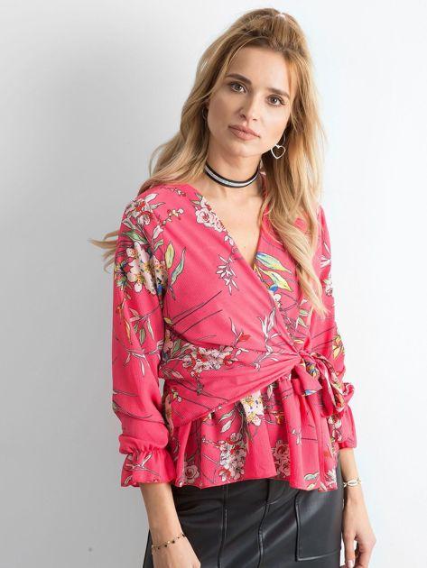 Różowa bluzka w kwiaty z falbaną