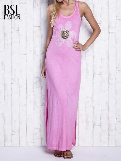 Różowa dekatyzowana sukienka maxi z cekinowym kwiatem                                  zdj.                                  1